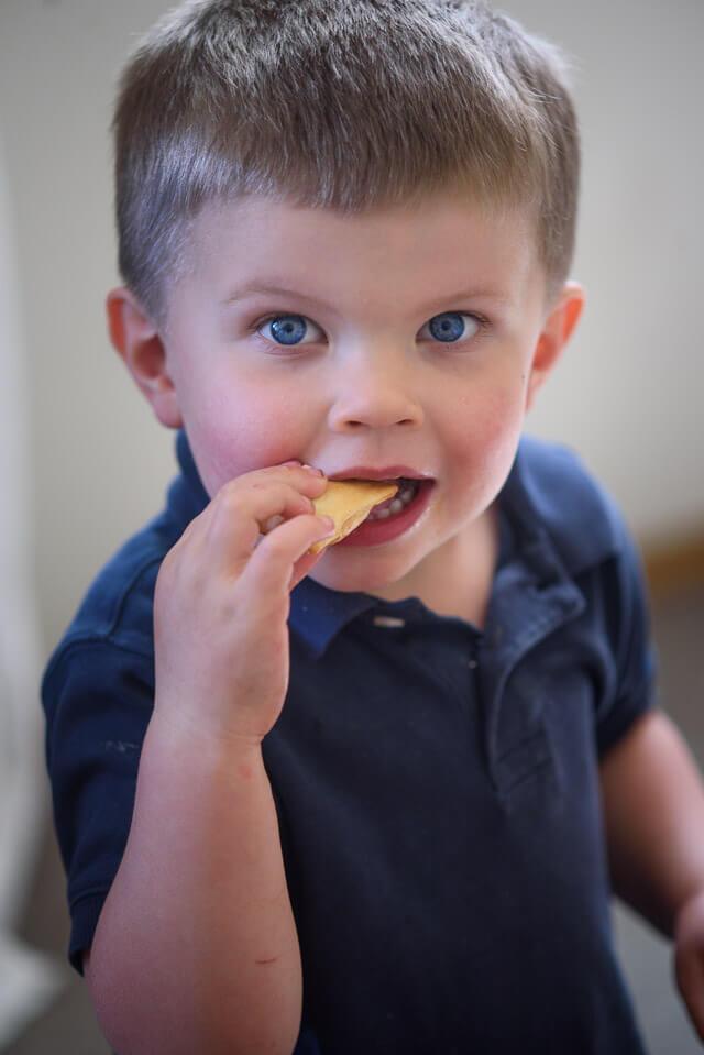 phin-eating-pita-chips