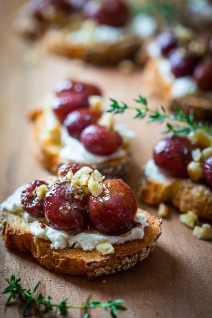 raosted-grape-crostini-goat-cheese-4-682x1024